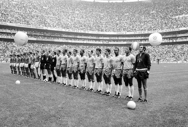 Fussball Weltmeisterschaft 1970: Finale: Brasilien-Italien(4:1) 21.06.1970.<br />Aufstellung der Teams zu den  Nationalhymnen vor dem Spiel.<br /> <br /> - 21.06.1970<br /> <br /> Nur für redaktionelle Nutzung | Es obliegt dem Nutzer zu prüfen, ob Rechte Dritter an den Bildinhalten der beabsichtigten Nutzung des Bildmaterials entgegen stehen.