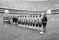 Fussball Weltmeisterschaft 1970: Finale: Brasilien-Italien(4:1) 21.06.1970.<br />Aufstellung der Teams zu den  Nationalhymnen vor dem Spiel.<br /> <br /> - 21.06.1970<br /> <br /> Nur für redaktionelle Nutzung   Es obliegt dem Nutzer zu prüfen, ob Rechte Dritter an den Bildinhalten der beabsichtigten Nutzung des Bildmaterials entgegen stehen.