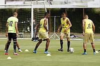 RIONEGRO - COLOMBIA, 11-04-2021: Jugadores de Águilas calientan previo al partido por la fecha 18 entre Águilas Doradas Rionegro y Boyacá Chicó F.C. como parte de la Liga BetPlay DIMAYOR I 2021 jugado en el estadio Alberto Grisales de la ciudad de Rionegro. / Players of Aguilas warm up prior a match for the date 18 between Aguilas Doradas Rionegro and Boyaca Chico F.C. as part BetPlay DIMAYOR League I 2021 played at Alberto Grisales stadium in Rionegro city. Photo: VizzorImage / Juan Agusto Cardona / Cont