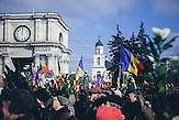 Demonstranten mit Blumen als Zeichen des friedlichen Protests. Zehntausende demonstrieren gegen die neue Regierung in Chisinau, Republik Moldau. / <br />People showing the flowers as a symbol of peaceful protest. Tens of thousands protest against the new government in Chisinau, Republic of Moldova.