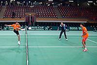 04-05-10, Zoetermeer, SilverDome, Tennis, Training Davis Cup, Een partijtje tennisvoetbal, links haalt Igor Sijsling uit, aan de andere kant staan capain Jan Siemerink en Robin Haase