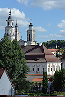 Rathaus und Kirchtürme in Kaunas, Litauen, Europa