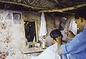 Irak 1991  Dans Kala Diza en ruines, un coiffeur   Iraq 1991   In the ruins of Kala Diza, a hairdresser