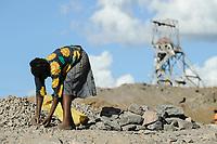 ZAMBIA Luanshya Copperbelt, abandoned stockpile of Luanshya Copper Mine, which belongs to chinese group China Nonferrous Metal Mining Group Co (CNMC) , children collect stones as building material / SAMBIA Luanshya, Abraumhalde eines stillgelegten Schachts der Kupfermine Luanshya Copper Mines, das dem chinesischen Unternehmen  China Nonferrous Metal Mining Group Co - CNMC gehoert, Kinder sammeln Steine fuer Baumaterial