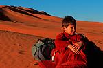 Campement dans les dunes de l'erg Chebbi. Jean Lou au réveil Grand sud marocain. Maroc