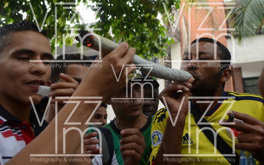MEDELLÍN - COLOMBIA, 06-05-2017. Un hombre fuma un cigarrillo de marihuana durante la Novena Marcha Mundial de La marihuana hoy 06 de mayo de 2017 en la ciudad de Medellín, Colombia. / A man smokes a cigarrette of marijuana during the 9ª World March of Marijuana today May 6 of 2017 in Medellin City. Photo: VizzorImage / León Monsalve / Cont