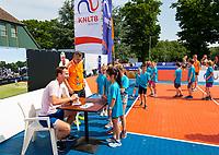 Den Bosch, Netherlands, 13 June, 2017, Tennis, Ricoh Open, Matwe Middelkoop (NED) signs autographs<br /> Photo: Henk Koster/tennisimages.com