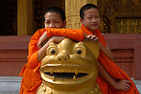 LAOS  Luang Prabang, young buddhist novices in monastery /  Luang Prabang, junge buddhistische Novizen im KLoster
