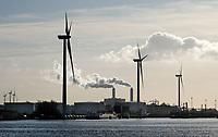Nederland  Amsterdam -  2020.  Noordzeekanaal.  Haven van Amsterdam.  Windmolens. Op de achtergrond AEB afvalcentrale.   Foto : ANP/ HH / Berlinda van Dam