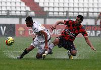 MANIZALES - COLOMBIA - 14-04-2013: César Arias (Izq.), jugador del  Once Caldas, disputa el balón con Juan Pérez (Der), jugador del Boyacá Chicó F C, durante el partido en el estadio Palogrande de la ciudad de Manizales, abril 14 de 2013. Once Caldas empató a dos goles con el Boyacá Chicó FC, en partido de la fecha 10 de la Liga Postobón I. (Foto: VizzorImage /JJB/ Str).  César Arias (L), player of Once Caldas, vies for the ball with Juan Pérez (R) player of Boyaca Chico F C, during the match at the stadium Palogrande city of Manizales, April 14, 2013. Once Caldas tied to two goals with the Boyaca Chico FC, in a match for the tenth date of the League Postobon I. (Photo: VizzorImage / JJB / Str)   .