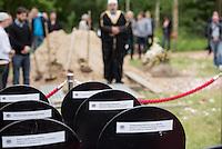 """Das """"Zentrum fuer Politische Schoenheit"""" liess am Dienstag den 16. Juni 2015 auf dem Muslimischen Teil des Friedhof in Berlin-Gatow eine Fluechtlingsfrau aus Syrien beerdigen, die mit ihrem Kind bei der Flucht ueber das Mittelmeer ertrunken ist. Ihr Kind konnte nicht geborgen werden, es ist im Mittelmeer verschollen.<br /> Die Frau wurde zuvor im Beisein von Angehoerigen in Suedeuropa exhumiert und durch ein Beerdigungsunternehmen nach Deutschland gebracht. Die Beerdigung fand unter dem Motto """"Die Toten kommen"""" statt und war die erste von insgesammt 10 geplanten Beerdigungen.<br /> Vor dem Grab waren 40 Stuehle fuer eingeladene Beerdigungs-Gaeste aufgestellt die jedoch leer blieben. Es waren die politisch Verantwortlichen der deutschen Asylpolitik geladen worden, die jedoch nicht erschienen.<br /> Das Zentrum fuer Politische Schoenheit will 8 weitere Mittelmeer-Tote nach Berlin bringen und sie vor das Kanzleramt bringen um den politisch Verantwortlichen die Folgen ihrer Asylpolitik drastisch vor Augen zu fuehren.<br /> Im Bild: Die leeren Stuehle der geladenen Gaeste.<br /> 16.6.2015, Berlin<br /> Copyright: Christian-Ditsch.de<br /> [Inhaltsveraendernde Manipulation des Fotos nur nach ausdruecklicher Genehmigung des Fotografen. Vereinbarungen ueber Abtretung von Persoenlichkeitsrechten/Model Release der abgebildeten Person/Personen liegen nicht vor. NO MODEL RELEASE! Nur fuer Redaktionelle Zwecke. Don't publish without copyright Christian-Ditsch.de, Veroeffentlichung nur mit Fotografennennung, sowie gegen Honorar, MwSt. und Beleg. Konto: I N G - D i B a, IBAN DE58500105175400192269, BIC INGDDEFFXXX, Kontakt: post@christian-ditsch.de<br /> Bei der Bearbeitung der Dateiinformationen darf die Urheberkennzeichnung in den EXIF- und  IPTC-Daten nicht entfernt werden, diese sind in digitalen Medien nach §95c UrhG rechtlich geschuetzt. Der Urhebervermerk wird gemaess §13 UrhG verlangt.]"""