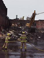 Incendie sur la rue St-Denis, 13 mars 1999.<br /> <br /> Plusieurs commerces incluant un studio de photographie ont du etre demolis<br /> <br /> <br /> <br /> PHOTO : Agence Quebec Presse - Pierre Roussel<br />  <br /> NOTE : Photo numerique