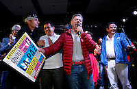 BOGOTÁ -COLOMBIA. 14-06-2014. Juan Manuel Santos (Der), Presidente y candidato presidencial de Colombia por el partido de la Unidad Nacional en campaña. Las elecciones Presidenciales segunda vuelta en Colombia se realizarán el 15 de junio de 2014 en todo el país./ Juan Manuel Santos, President and presidential candidate of Colombia for the National Unity party in campaing. The Presidential elections second round in Colombia will be held in june 15, 2014 across the country. Photo: VizzorImage/ Campaña JMS Presidente<br />