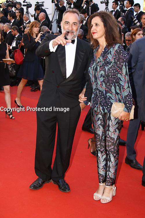 Antoine DulÈry et Pascale Pouzadoux sur le tapis rouge pour la projection du film en competition OKJA lors du soixante-dixiËme (70Ëme) Festival du Film ‡ Cannes, Palais des Festivals et des Congres, Cannes, Sud de la France, vendredi 19 mai 2017.