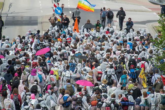 """Klimacamp """"Ende Gelaende"""" bei Proschim in der brandenburgischen Lausitz.<br /> Mehrere tausend Klimaaktivisten  aus Europa wollen zwischen dem 13. Mai und dem 16. Mai 2016 mit Aktionen den Braunkohletagebau blockieren um gegen die Nutzung fossiler Energie zu protestieren.<br /> Mehrere hundert Aktivisten stuermten am Nachmittag des 14. Mai das Gelaende des Kraftwerk Schwarze Pumpe. Die Polizei kam nach ca. 20 Minuten auf das Werksgaende und die Aktitivisten vierliessen das Gelaende wieder. Ca. 60 Personen wurden danach von der Polizei festgenommen.<br /> Im Bild: Eine Gruppe der Aktivisten auf dem Weg zum Kraftwerk.<br /> 14.5.2016, Schwarze Pumpe/Brandenburg<br /> Copyright: Christian-Ditsch.de<br /> [Inhaltsveraendernde Manipulation des Fotos nur nach ausdruecklicher Genehmigung des Fotografen. Vereinbarungen ueber Abtretung von Persoenlichkeitsrechten/Model Release der abgebildeten Person/Personen liegen nicht vor. NO MODEL RELEASE! Nur fuer Redaktionelle Zwecke. Don't publish without copyright Christian-Ditsch.de, Veroeffentlichung nur mit Fotografennennung, sowie gegen Honorar, MwSt. und Beleg. Konto: I N G - D i B a, IBAN DE58500105175400192269, BIC INGDDEFFXXX, Kontakt: post@christian-ditsch.de<br /> Bei der Bearbeitung der Dateiinformationen darf die Urheberkennzeichnung in den EXIF- und  IPTC-Daten nicht entfernt werden, diese sind in digitalen Medien nach §95c UrhG rechtlich geschuetzt. Der Urhebervermerk wird gemaess §13 UrhG verlangt.]"""