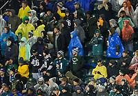 Fans im Lincoln Financial Field Philadelphia mit Regenschutz - 09.12.2019: Philadelphia Eagles vs. New York Giants, Monday Night Football, Lincoln Financial Field