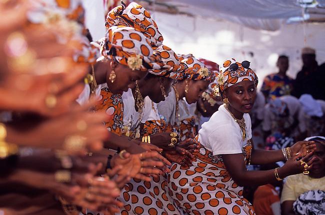 Les Comores, Mayotte. Le Debah, la ceremonie religieuse reunit chanteuses et danseuses de differents villages *** Women dancing and singing during the Debah ceremony. Mayotte, the Comoros.