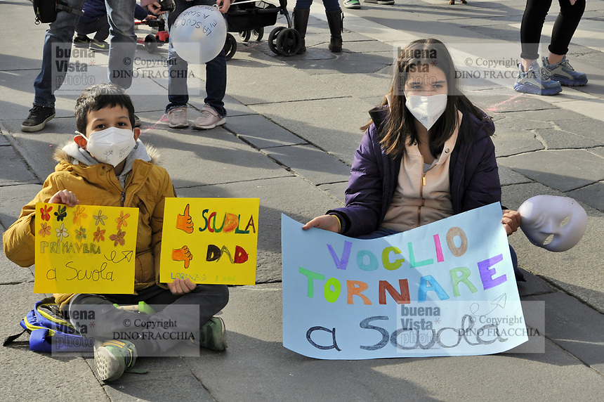 - Milano, 21 Marzo 2021, manifestazione organizzata dalla rete Scuola in Presenza per chiedere la riapertura delle scuole e la fine della DaD, Didattica a Distanza, adottata dal Governo per contenere l'epidemia di virus Covid19<br />