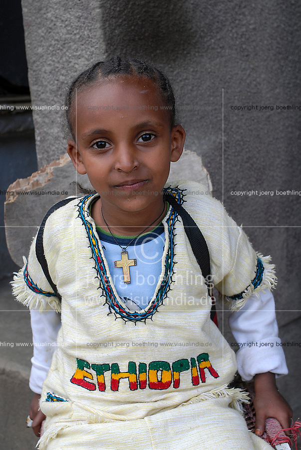 Ethiopia, Addis Ababa, girl with cross and cotton dress / Maedchen mit tradtioneller Kleidung