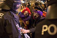 Bis zu 10.000 Menschen protestierten am Freitag den 30. Januar 2015 in Wien gegen den Akademikerball der rechten FPOe, der zum dritten Mal in der Wiener Hofburg stattfand. Bei den Protesten kam es zu kleineren Rangeleien zwischen Polizei und Ballgegnern, bei denen vereinzelt auch Feuerwerkskoerper und Gegenstaende geworfen wurden. Die Polizei nahm lt. eigenen Angaben 35 Personen fest.<br /> Im Bild: Mitglieder einer Clowns-Armee putzen ein vermummtes Mitglied der Polizei-Sondereinsatzgruppe WEGA.<br /> 30.1.2015, Wien<br /> Copyright: Christian-Ditsch.de<br /> [Inhaltsveraendernde Manipulation des Fotos nur nach ausdruecklicher Genehmigung des Fotografen. Vereinbarungen ueber Abtretung von Persoenlichkeitsrechten/Model Release der abgebildeten Person/Personen liegen nicht vor. NO MODEL RELEASE! Nur fuer Redaktionelle Zwecke. Don't publish without copyright Christian-Ditsch.de, Veroeffentlichung nur mit Fotografennennung, sowie gegen Honorar, MwSt. und Beleg. Konto: I N G - D i B a, IBAN DE58500105175400192269, BIC INGDDEFFXXX, Kontakt: post@christian-ditsch.de<br /> Bei der Bearbeitung der Dateiinformationen darf die Urheberkennzeichnung in den EXIF- und  IPTC-Daten nicht entfernt werden, diese sind in digitalen Medien nach §95c UrhG rechtlich geschuetzt. Der Urhebervermerk wird gemaess §13 UrhG verlangt.]