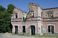 CROATIA, Vukovar, war aftermaths of the war between serbs and croatians 1991-95, destroyed railway station / KROATIEN, Vukovar, Kriegsschäden des Balkankrieges zwischen Serben und Kroaten 1991-95, zerschossener Bahnhof, nach ersten bewaffneten Auseinandersetzungen seit Mai 1991 in der ostkroatischen Stadt Vukovar fand die Schlacht um die Stadt an der Donau vom 14. September bis 20. November 1991 statt.