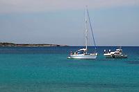la uardia costiera  ferma na barca vicino l'isola di pianosa..