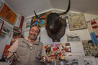 France, Aquitaine, Pyrénées-Atlantiques, Pays Basque, Bayonne: Lionel Lohiague, concierge des  arènes et ancien tauréador avec les clés des arènes   //  France, Pyrenees Atlantiques, Basque Country, Bayonne