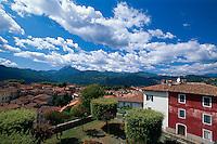 Italien, Toskana, Garfagnana, Barga, Blick vom Domplatz auf die apuanischen Alpen