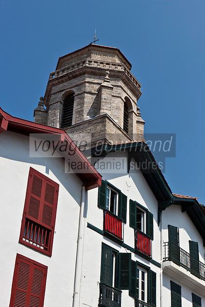 Europe/France/Aquitaine/64/Pyrénées-Atlantiques/Pays-Basque/Saint-Jean-de-Luz: Clocher  de l'église Saint-Jean-Baptiste et façade des maisons basques de la Rue Gambetta