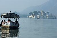 Asie/Inde/Rajasthan/Udaipur : Bateau sur le lac Pichola avec en fond le palais sur l'île de Jag Mandir