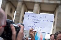 """Kundgebung der rechtspopulistischen Partei """"Alternative fuer Deutschland"""" (AfD) gegen Griechenland-Hilfspaket.<br /> Am Mittwoch den 19. August 2015 protestierte die rechte AfD vor dem Brandenburger Tor mit der symbolischen Verbrennung von Geld gegen das geplante dritte Hilfspaket fuer Griechenland.<br /> Verschiedene Redner sprachen sich dafuer aus, dass Griechenland """"aus dem Euro ausgeschlossen"""" werden soll.<br /> 19.8.2015, Berlin<br /> Copyright: Christian-Ditsch.de<br /> [Inhaltsveraendernde Manipulation des Fotos nur nach ausdruecklicher Genehmigung des Fotografen. Vereinbarungen ueber Abtretung von Persoenlichkeitsrechten/Model Release der abgebildeten Person/Personen liegen nicht vor. NO MODEL RELEASE! Nur fuer Redaktionelle Zwecke. Don't publish without copyright Christian-Ditsch.de, Veroeffentlichung nur mit Fotografennennung, sowie gegen Honorar, MwSt. und Beleg. Konto: I N G - D i B a, IBAN DE58500105175400192269, BIC INGDDEFFXXX, Kontakt: post@christian-ditsch.de<br /> Bei der Bearbeitung der Dateiinformationen darf die Urheberkennzeichnung in den EXIF- und  IPTC-Daten nicht entfernt werden, diese sind in digitalen Medien nach §95c UrhG rechtlich geschuetzt. Der Urhebervermerk wird gemaess §13 UrhG verlangt.]"""