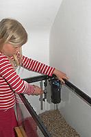 Kinder richten ein Aquarium ein, Schritt 3, Technische Geräte wie Filter, Wasserpunpe und Termostat werden im Glasbecken befestigt