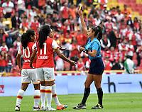 BOGOTA - COLOMBIA - 26-02-2017: Amanda Valenzuela (Der.), la juez, muestra tarjeta amarilla a Oriana Altuve (Cent.) jugadora de Independiente Santa Fe, durante partido por la fecha 2 entre Independiente Santa Fe y Atletico Huila, de la Liga Femenina Aguila 2017, en el estadio Nemesio Camacho El Campin de la ciudad de Bogota. / Amanda Valenzuela (R), referee, shows yellow card to Oriana Altuve (C) player de Independiente Santa Fe, during a match of the date 2 between Independiente Santa Fe and Atletico Huila, for the Liga Femenina Aguila 2017 at the Nemesio Camacho El Campin Stadium in Bogota city, Photo: VizzorImage / Luis Ramirez / Staff.