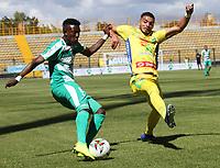 BOGOTÁ - COLOMBIA, 26-01-2019:Hansel Zapata (Izq.) jugador de La Equidad  disputa el balón con Michael lopez (Der.) jugador del  Atlético Huila durante partido por la fecha 1 de la Liga Águila I 2019 jugado en el estadio Metropolitano de Techo de la ciudad de Bogotá. /Hansel Zapata (L) player of La Equidad fights the ball  against ofMichael lopez (R) player of Atletico Huila during the match for the date 1 of the Liga Aguila I 2019 played at the Metroplitano de Techo  stadium in Bogota city. Photo: VizzorImage / Felipe Caicedo / Staff.