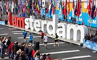 Nederland - Amsterdam - 2018 . De Marathon van Amsterdam. De deelnemers rennen langs de I Amsterdam letters richting het Olympisch Stadion.  Foto Berlinda van Dam / Hollandse Hoogte