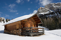 Europe/Italie/Trentin Haut-Adige/Dolomites/Val-Gardena/Selva Gardena :Lors d'une randonnée en raquettes  avec Reinhardt Senoner,guide.Chalet d'altitude et Massif des Dolomites