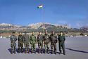 Irak 2000<br /> Les officiers du camp militaire de Zawita posant devant le drapeau kurde<br /> Iraq 2000<br /> Officers and the Kurdish flag in Zawita Camp