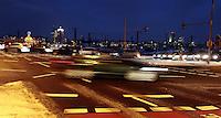 Umweltzone / grüne Plakette / Verkehr / Autos / Stau / Nachtfahrt / Berufsverkehr / Pendler / Winter / Kalt / Ampel / Fahrzeuge / Kraftverkehr / Bremslicht / Glätte / Stop and Go / Leipzig / Abgase / Feinstaub / PArtikelfilter . Foto: Norman Rembarz <br /> <br /> Credits:<br /> Norman Rembarz , Autorennummer 41043728 , Augustenstr. 2, 04317 Leipzig, Tel.: 01794887569, Hypovereinsbank: BLZ: 86020086, KN: 357889472, St.Nr.: 231/261/06432 - Jegliche kommerzielle Nutzung ist honorar- und mehrwertsteuerpflichtig! Persönlichkeitsrechte sind zu wahren. Es wird keine Haftung übernommen bei Verletzung von Rechten Dritter. Autoren-Nennung gem. §13 UrhGes. wird verlangt. Weitergabe an Dritte nur nach  vorheriger Absprache.<br /> Online Nutzung ist seperat kostenpflichtig !!!!
