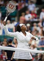 27-6-08, England, Wimbledon, Tennis, Serina Williams warming up in a white coat