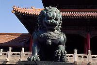 China, Kaiserpalast von Peking, Bronze-Löwe vor dem Tor der höchsten Harmonie, Unesco-Weltkulturerbe