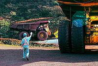 Transito de caminhões de mineração de ferro em Carajas. Para. 2006. Foto de Sergio Amaral.