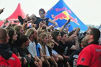 With Full Force Festival 2008 - 4.-6.7.2008  Flugplatz Roitzschjora b. Löbnitz - Das größte und breitgefächertste Metal- und Hardcorefestival in Ostdeutschland - drei Tage volle Dröhnung - über 60 Bands - Headliner in diesem Jahr u.a. Bullet for my Valentine , Machine Head , Ministry und In Flames - im Bild: erste Reihe, Crowdsurfer , Security.Foto: Norman Rembarz.