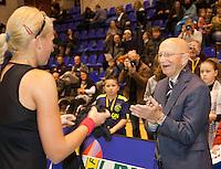 18-12-10, Tennis, Rotterdam, Reaal Tennis Masters 2010, Opa Scheer feliciteert Michaella Krajicek