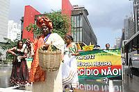 """ATENCAO EDITOR IMAGEM EMBARGADA PARA VEICULOS INTERNACIONAIS -  SAO PAULO, SP, 20 NOVEMBRO 2012 - DIA DA CONCIENCIA NEGRA - MARCHA DA CONCIENCIA NEGRA EM SAO PAULO -  Manifestantes se concentram na tarde desta terça-feira(20), no vao livre do Masp para caminha na Av Paulista em favor da """"Cotas Sim, Genocídio Não!"""". O Comitê Contra o Genocídio da Juventude Negra e Periférica de São Paulo reúne familiares de vítimas diretas da violência, organizações do movimento negro, movimentos sociais do campo e da cidade, cursinhos comunitários, sindicatos, associações, saraus periféricos, posses de hip-hop, imprensa alternativa, partidos de esquerda e outras entidades representativas da sociedade civil. (FOTO: AMAURI NEHN / BRAZIL PHOTO PRESS)."""