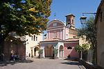 Italien, Piemont, Langhe, Barolo: Piazza Falletti mit Pfarrkirche San Donato | Italy, Piedmont, Langhe, Barolo: Piazza Falletti with parish church San Donato