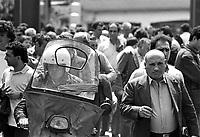 - Torino, stabilimento FIAT Mirafiori, uscita degli operai dal cancello 2 (giugno 1988)....- Turin, FIAT Mirafiori factory, workers outgoing from gate 2 (June 1988)....