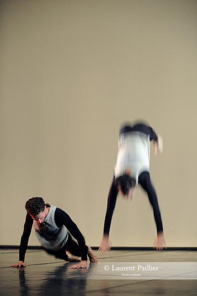 ANTIC MEET....Adaptateur : NEELS Sandra SWINSTON Robert..Choregraphie : CUNNINGHAM Merce..Mise en scene : CUNNINGHAM Merce..Compositeur : CAGE John..Compagnie : Merce Cunningham Dance Company..Decor : RAUSCHENBERG Robert..Lumiere : CHALLENBERG Christine..Costumes : RAUSCHENBERG Robert..Avec :..MADOFF Daniel..MUNNERLYN Marcie..RIENER Silas..SCOTT Jamie..WEBER Andrea..DESJARDINS Emma..Lieu : Theatre de la Ville..Cadre : Festival d Automne 2010..Ville : Paris..Le : 03 11 2010..© Laurent PAILLIER / photosdedanse.com..All Right reserved