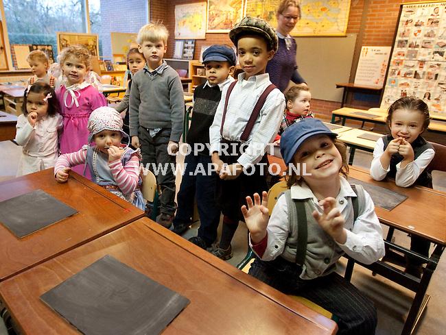 Nijmegen, 210109<br /> Leerlingen van basisschool de Klokkenberg kwamen vandaag verkleed op school kwam. Vanwege het 165-jarig bestaan van de school  kwamen de driehonderd leerlingen verkleed in de stijl van Ot en Sien en Ciske de Rat. Op de foto de kleuters groep 1/2C van juf Renske de Jong<br /> Foto Sjef Prins - APA Foto