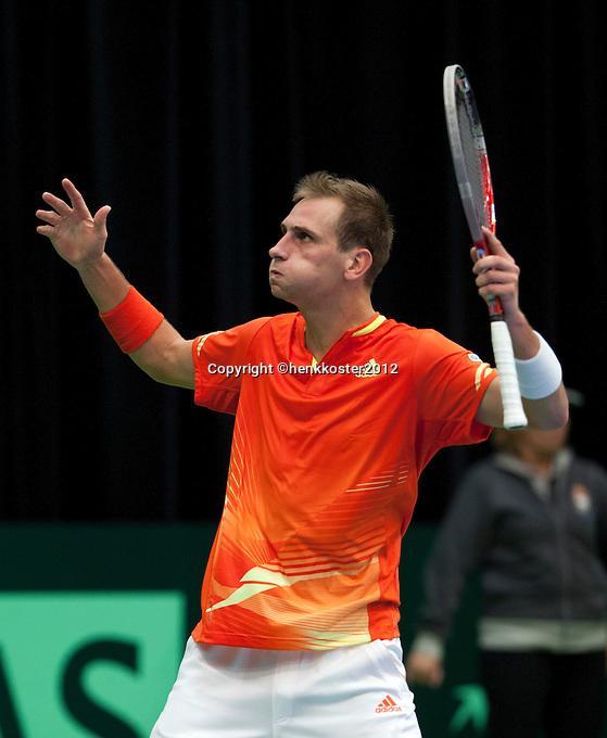 10-02-12, Netherlands,Tennis, Den Bosch, Daviscup Netherlands-Finland, Loting, Thiemo de Bakker  gaar uit zijn dak als hij de tweede set wint
