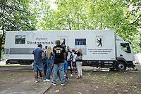 """Der Berliner Gesundheitssenator Mario Czaja und die Gesundheitsstadtraetin des Bezirks Lichtenberg, Dr. Sandra Obermeyer, stellten am Donnerstag den 9. Juli 2015 vor dem Landesamt fuer Gesundheit und Soziales, LaGeSo, der Presse ein mobiles Roentgenmobil der Fima Streit vor, in dem vor der Fluechtlingserstaufnahmestelle die Fluechtlinge auf Tuberkulose untersucht werden koennen. Dies erleichtert den Fluechtlingen die notwendige medizinische Untersuchung und entlastet das """"Zentrum fuer tuberkulosekranke und –gefaehrdete Menschen"""" in Berlin-Lichtenberg.<br /> 9.7.2015, Berlin<br /> Copyright: Christian-Ditsch.de<br /> [Inhaltsveraendernde Manipulation des Fotos nur nach ausdruecklicher Genehmigung des Fotografen. Vereinbarungen ueber Abtretung von Persoenlichkeitsrechten/Model Release der abgebildeten Person/Personen liegen nicht vor. NO MODEL RELEASE! Nur fuer Redaktionelle Zwecke. Don't publish without copyright Christian-Ditsch.de, Veroeffentlichung nur mit Fotografennennung, sowie gegen Honorar, MwSt. und Beleg. Konto: I N G - D i B a, IBAN DE58500105175400192269, BIC INGDDEFFXXX, Kontakt: post@christian-ditsch.de<br /> Bei der Bearbeitung der Dateiinformationen darf die Urheberkennzeichnung in den EXIF- und  IPTC-Daten nicht entfernt werden, diese sind in digitalen Medien nach §95c UrhG rechtlich geschuetzt. Der Urhebervermerk wird gemaess §13 UrhG verlangt.]"""